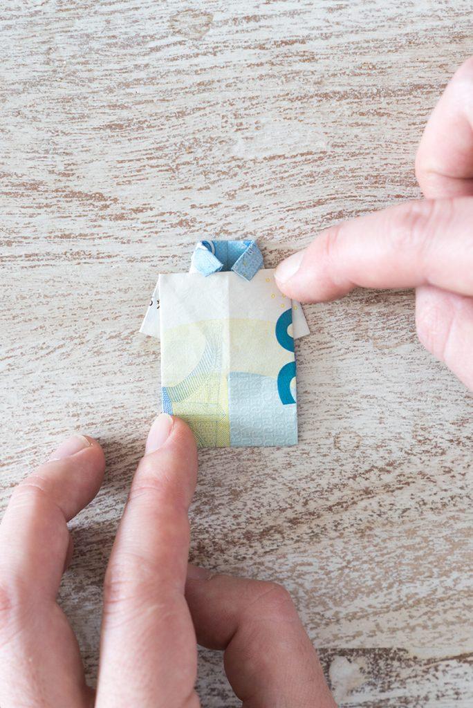 Geldschein nach oben umschlagen