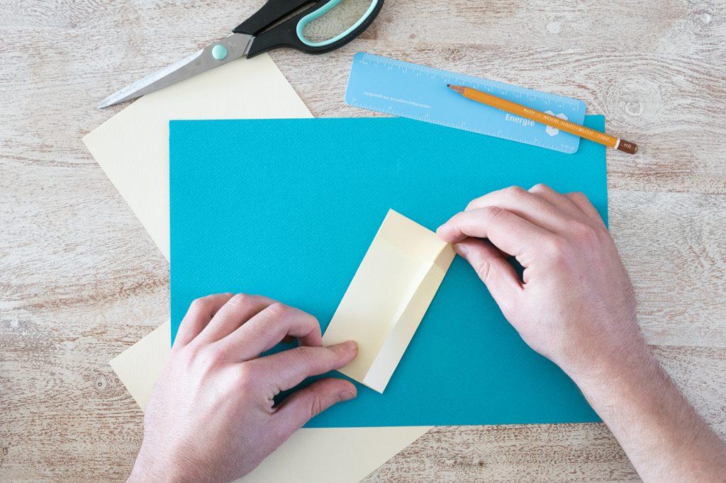 Papier Außenseite zur Mitte knicken
